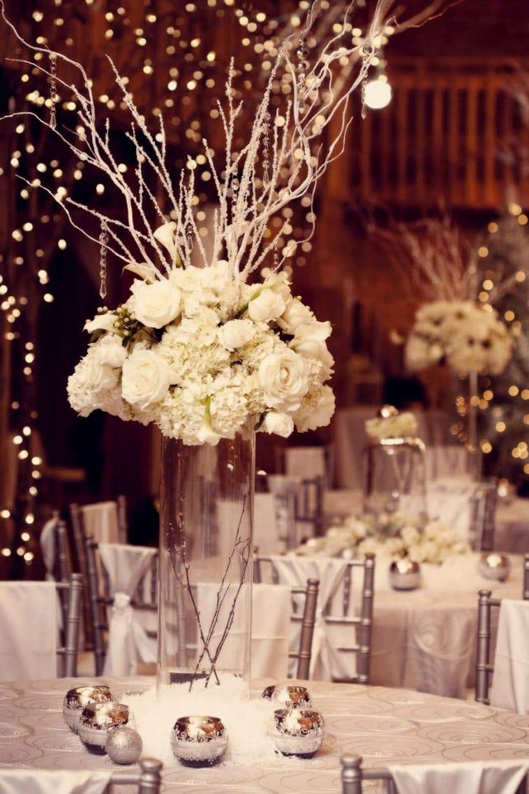 bryllupsbord med hvide blomster og grene