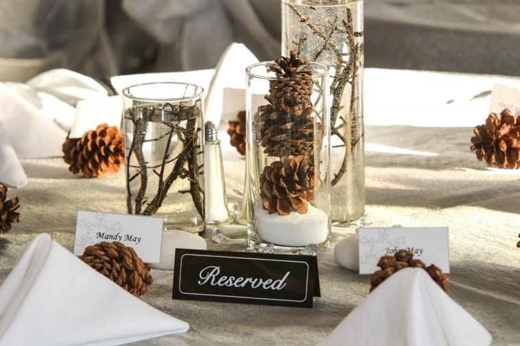 bordpynt med grankogler og vinter tema