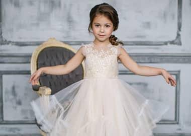 Brudepige i fin kjole