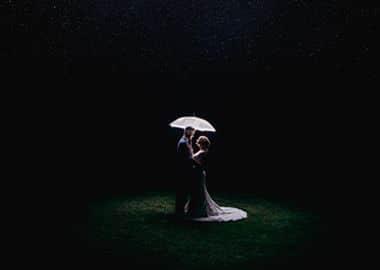Brudepar der står i mørket