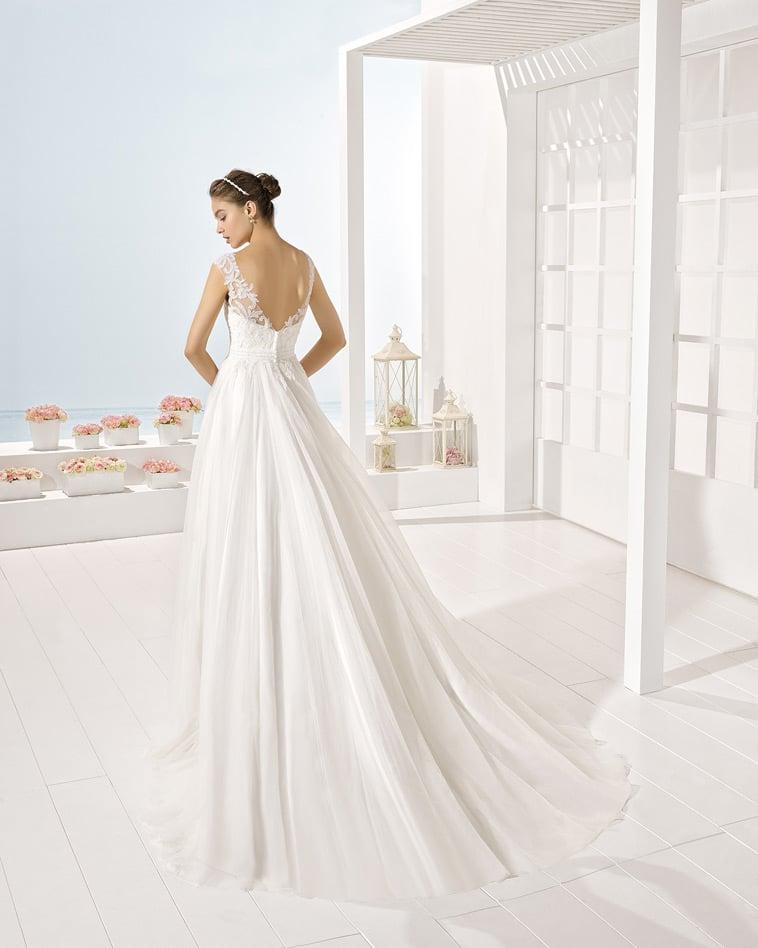 Brudekjole med bar ryg og vidde i skørtet